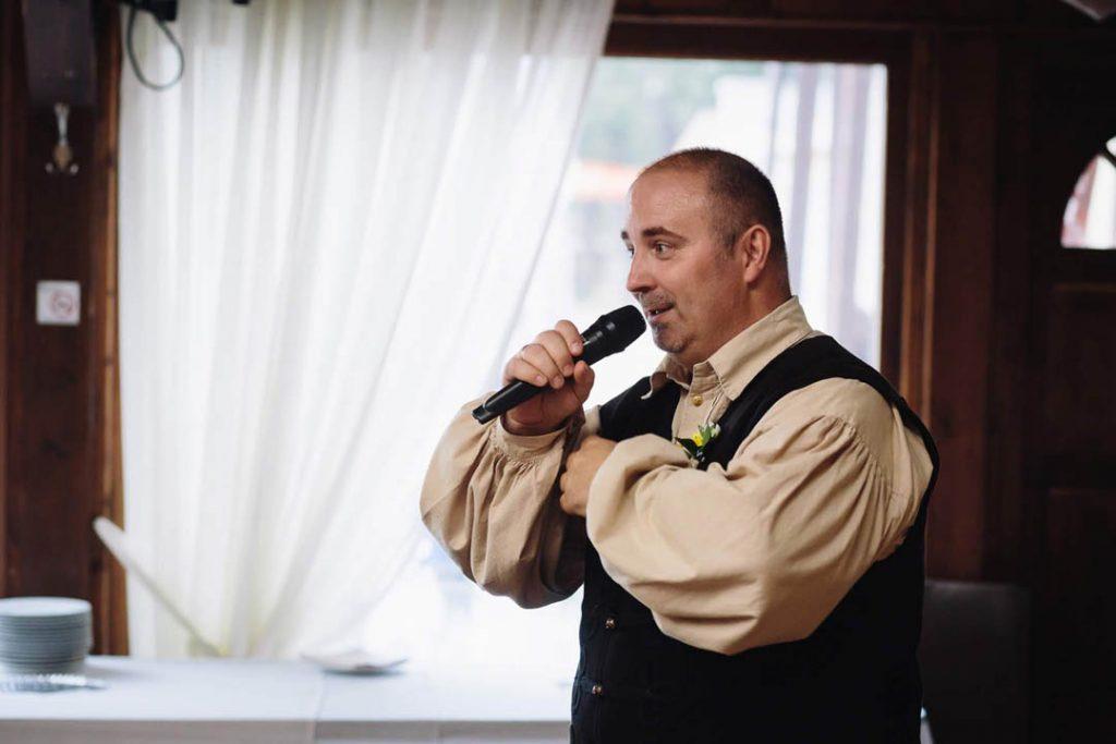 molnar-zsolt-az-eskuvoi-hazigazda-ceremoniamester-modern-varosi-vofely_09
